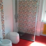 baie alb rosu cu tapet